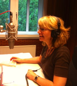 Nicole Meru nimmt ein Hörbuch auf